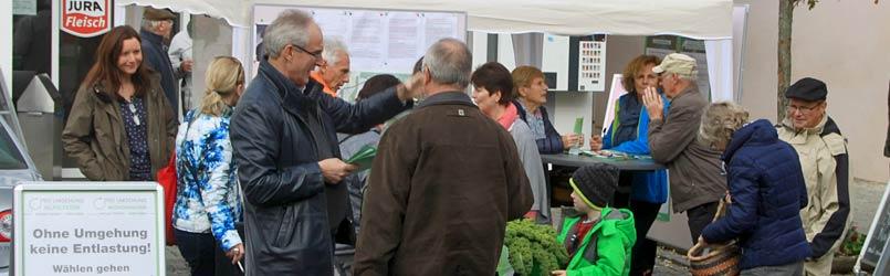 Info-Stand Pro-Umgehung-Hip auf dem Marktplatz