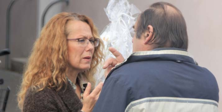 Stadträtin Ulla Dietzel diskutiert angeregt mit einem Bürger